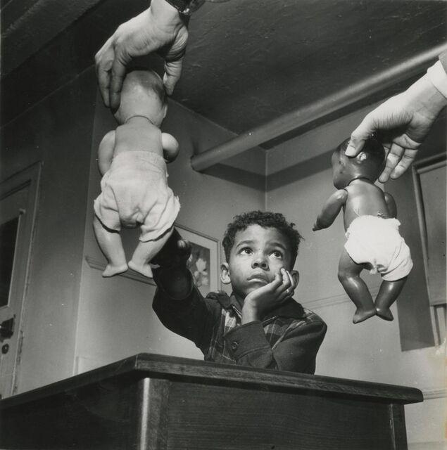 Gordon-Parks-black-and-white-dolls